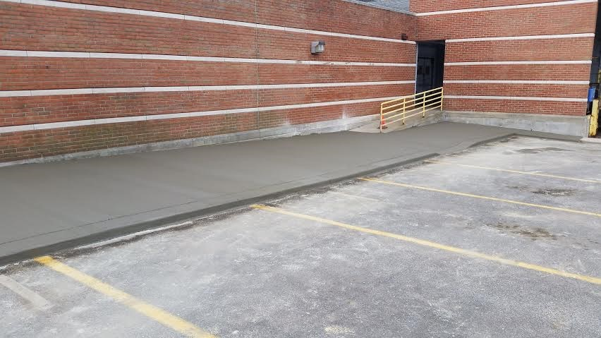 Concrete walkway with integral concrete curb
